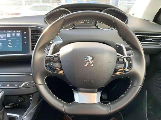 プジョーのステアリングはコンパクトな作りで、女性の方でも運転がしやすいです。