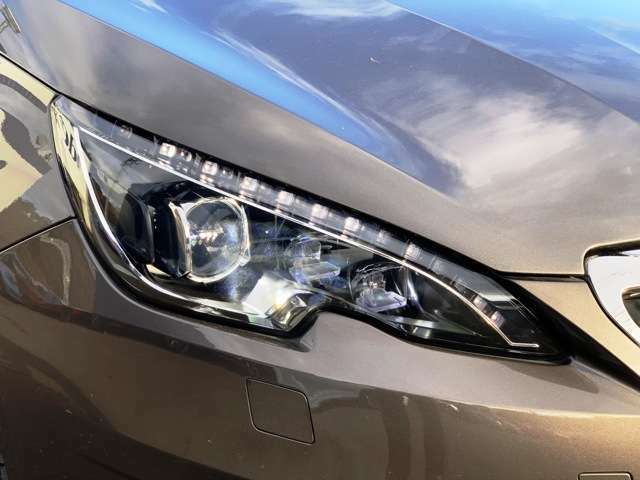LEDデイライト付きヘッドライト装備車!