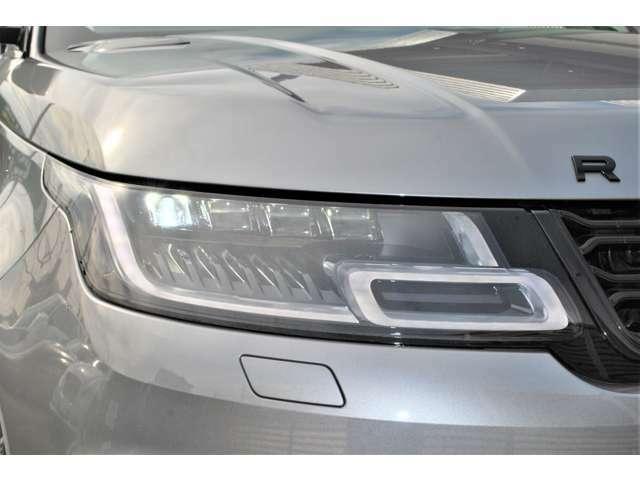 マトリックスヘッドライトの約3倍のピクセルLEDを装備。メインビームのパターンを縦横に分割することで、前方の複数の車両に対して4スポットの暗がりを投影して眩しさを抑えます。