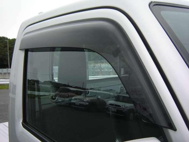 雨の日に便利なドアバイザー付き。車内の空気入れ替えもOK。TEL 029-263-3245