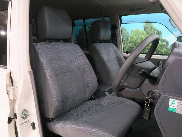 運転席シート廻りは使用感も少なく、良好な状態となっています。前オーナー様が丁寧に使っていたことがよくわかりますね。