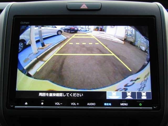 リアカメラが付いています。シフトレバーをRに入れると自動的にナビ画面に背景が映し出されます。ガイドラインが表示されるので距離が分かり易くなっています。