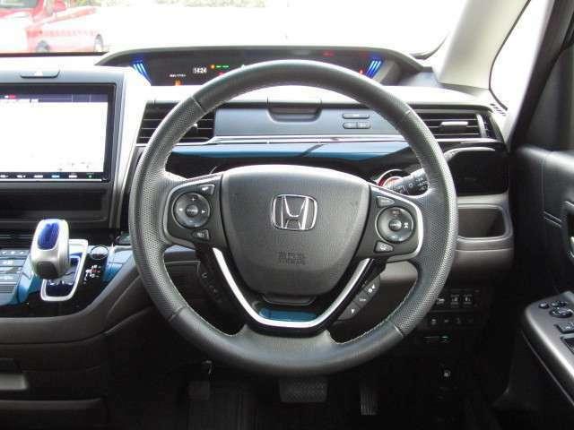 ステアリング周りの画像です。ドライバーが操作しやすいスイッチの配置や運転負荷の低減まで考えたデザインです。