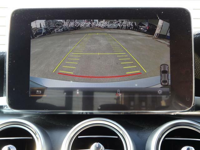 【パーキングアシストリアビューカメラ】リバースに連動して車両後方の映像をディスプレイに表示します。歪みの少ないカメラと、鮮明な画像で後退時の運転操作をサポートします