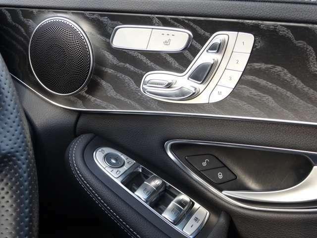 【アンビエントライト】ダッシュボード、センターコンソール、ドアパネルなど車内全体に間接光のLEDイルミネーションが配置されてます。