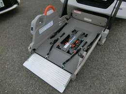 全自動リフター!電動式車いす固定装置!特殊車いす用固定ベルト!