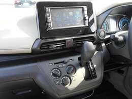 バックカメラ・フルセグTV・ナビゲーション搭載車です。長距離ドライブでも快適ですね。