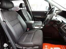運転席シート☆おしゃれなハーフレザー調シート☆禁煙車でとてもキレイな室内です☆