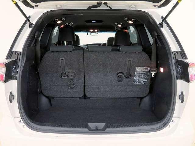 ■サードシートを床下に収納すれば、広いラゲージスペースが確保できますので、荷物の多い時は便利です!