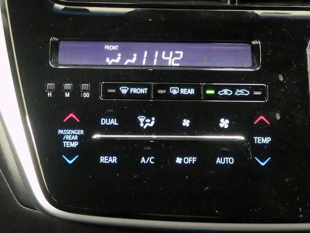 ■前席左右・後席独立調整機能付きオートエアコン/各々の席で温度調整ができますので、各自に合った温度を設定できます!