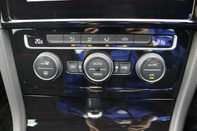 左右独立のオートエアコンは室内を快適保ってくれます。