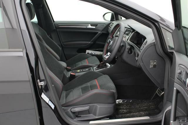 専用のシートはホールド性にも優れ座り心地も良いです。