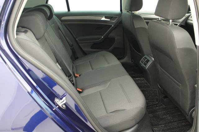 リヤシートは足元のスペースもしっかりと確保されゆったりと寛いでいただけます。