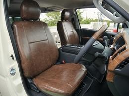 フロント席はビンテージブラウンシートカバーを装着