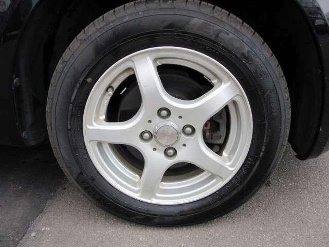 サマータイヤに組まれたアルミホイールでタイヤ残り溝も十分あります。
