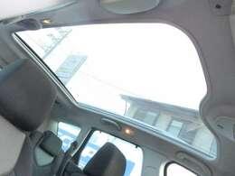 308SWですので、大型パノラミックガラスルーフが標準装備されております♪シェードを開ければこの開放感です♪後部座席の頭上まで広がる大きさです♪