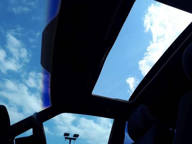 ボルボは快適であり、安全であるために。開放感のあるサンルーフです。車内に新鮮な空気と日光を採り入れ、爽やかなドライブが楽しめます