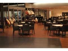 リニューアル後のショールームは以前より広くなり、おひとり様席もご用意致しました。点検の待ち時間をゆったりとお過ごし下さい