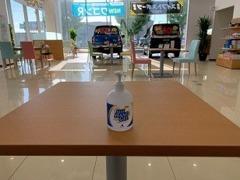 お客様がご利用になるテーブルやいすなど定期的に除菌しております。またお客様消毒液をご用意しております。