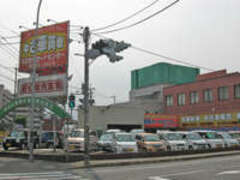 県道112号線(旧国道3号線)筑紫通入口かどです。店頭にて在庫車両を多数展示しています。皆様お気軽にご来店下さい。
