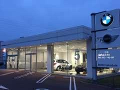 【モトーレン函館】のショールームには、最新型のBMWを常時3~4台展示しております。BMWのグッズも展示!