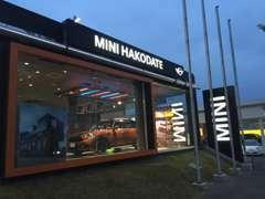 【MINI函館】のショールームには、最新型のMINIを常時2~3台展示しております。MINIのグッズも展示!