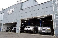 4台を収納できるガレージにはリフトが2機あり マフラーの取付やタイヤ交換などもその場でOK イチ早い対応が可能になりました