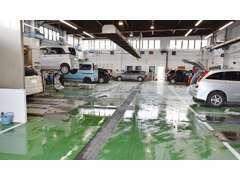 当店併設のサービス工場には多数のピットをご用意!タイヤ交換などで混み合う時期にも迅速サービスをご提供致します!