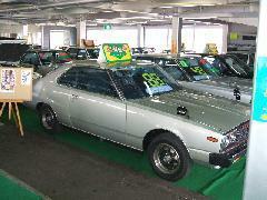 ショールームには70~80年代の懐かしの旧車を展示しております。
