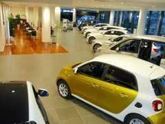 地域最大級の全天候型大型展示場に多種多様なお車をご用意しております。皆様のご来場を心よりお待ちしております。