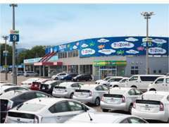 大型展示場ならではの豊富な在庫に、良質な中古車。1年間走行距離無制限付きで販売いたします。