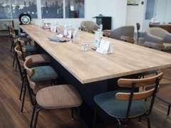 ご家族連れでものんびり過ごせるテーブル。スマートフォン充電用のコンセントも設置しました。