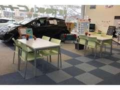 【ご家族皆様が心地よくご来店頂くために】明るい店内で、キッズスペースをご用意しています。話題の新型車も展示しています。