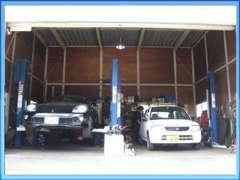 自社整備工場です。車検などの車をしっかり点検整備致します。