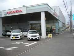 隣に新車ショールームも併設されており、広い駐車場をご用意しております。