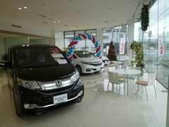 函館亀田店併設!広くて明るいショールームです!商談やサービスでお待ちの際もおくつろぎ頂けます。