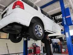 リフト完備の自社整備工場です。経験を積んだ整備士が丹精込めてお車を手がけます。