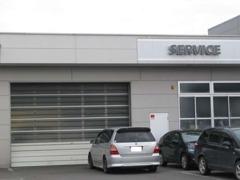 納車前にはお客様が安心してお乗りいただけるよう、当店隣の新車サービス工場にてしっかりと整備いたします。