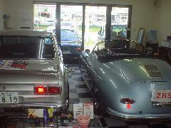 お客様ご商談スペースには常時2台のプレミアムカーを展示中です