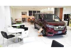 札幌市内でも指折りの広々ショールームでお客様をお待ちしております!人気の新車も展示中ですので、ごゆっくりご覧ください。