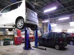 運輸局認証工場を併設♪リフト2基完備!オイル交換・タイヤ交換から車検整備まで当店におまかせ下さい♪