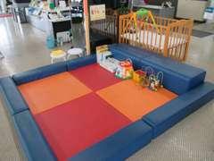 キッズコーナーです☆お子様に目が届く位置に商談テーブルを配置し、スペースをi完備しています☆楽しく遊ぼうね(*´∀`)♪