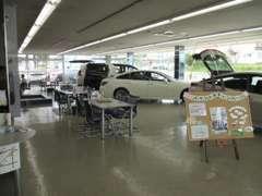岩見沢支店ショールーム風景です♪当店では新車、中古車、サービス工場、トヨタレンタカー部門と店舗一体で営業しております☆