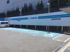 お客様駐車場5台と車いす専用の駐車場1台ございます。