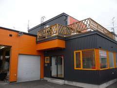 オレンジ色の建物と看板が目印です!!黒とオレンジのチームが所属するプロスポーツのお話をすると社長はご機嫌^^!料金も!?