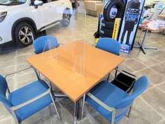 新型コロナウィルス感染予防対策として商談用テーブルにはアクリル板を設置しております。