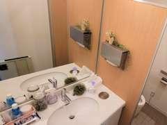 お客様用トイレにもこだわっております。アメニティや季節感を取り入れ、快適な空間を目指しております。