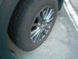 アルミホイールもキレイですし、タイヤ溝も充分残っております