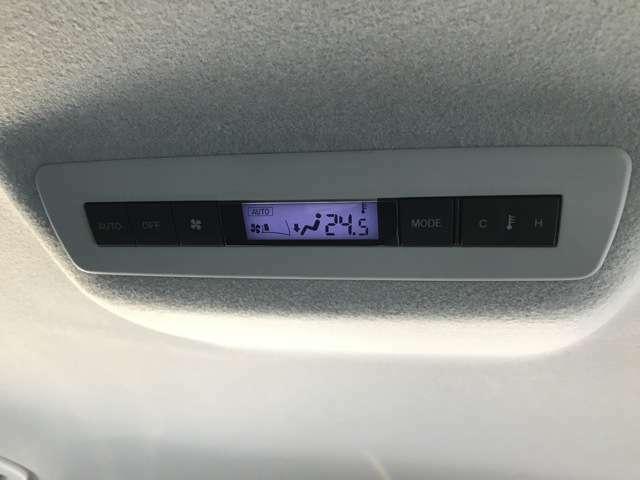エアコンは2列目も独立で調整可能。
