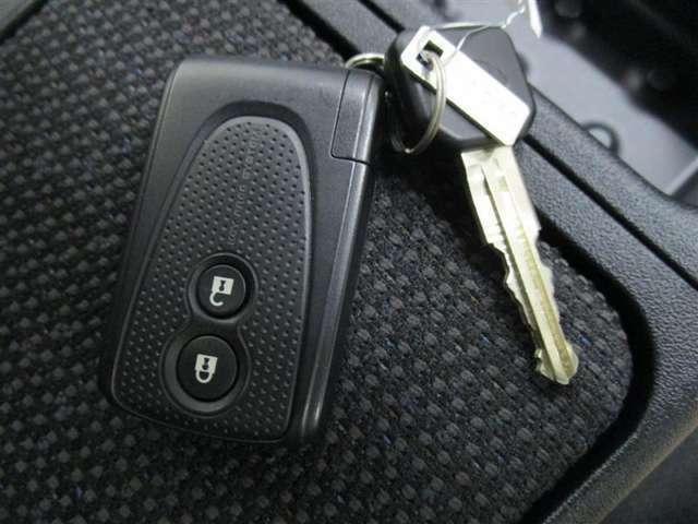 ☆キーフリーシステム☆電子カードキーをバッグやポケットに携帯していれば、ドアハンドルのボタンを押すだけでドアの施錠・解錠ができます♪また、キーを差さずにエンジンの始動もできます♪